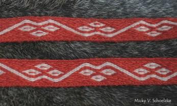 Galon en laine teintée garance et galles, motif de Moscevaja Balka (Caucase Septentrional, VIII-Xème siècle), technique du sergé avec 17 tablettes