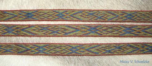 """Galon technique à fils flottés (""""Snartemo"""", d'après Guido Geldhaar, d'après Hansen) en laine merinos teintée garance, indigo, ronces+fer et gaude avec 26 tablettes"""