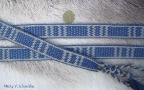 Ceinture en laine bleue (indigo) et grise (galles), technique missed-hole avec 30 tablettes