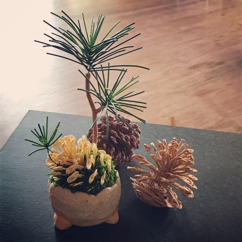 鴨川館の水引細工常設展示、松の種。