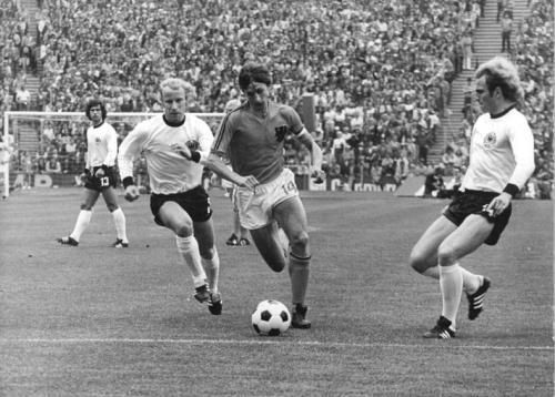 Bundesarchiv_Bild_183-N0716-0314,_Fußball-WM,_BRD_-_Niederlande_2-1