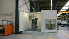 Ein Mobiler Waschplatz zur Reinigung von Wekrzeugen in der Industrie, hier mit offenem Schiebedach und offener Tür