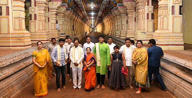 Telangana chief minister kcr visited tamil nadu's prestiges rameshwaram temple.