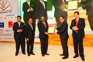 Mr. Zubin Karkaria, CEO – VFS Global and CEO-Kuoni Group, (second from right) receiving the 'Award of Distinction' from Mr. Sunil Kumar R, President, TAAI, (third from left) from at the TAAI Convention in Abu Dhabi, on 14 October 2016.
