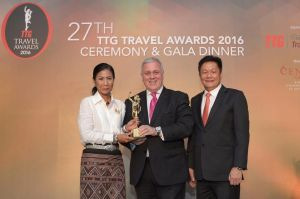 Etihad Airways' Vice President for Australia and Asia Lindsay White (centre) accepted the TTG Asia 'Best Airline – Business Class' award from Her Excellency Kobkarn Wattanavrangkul, Minister of Tourism and Sports Thailand (left) and Darren Ng, Managing Director of TTG Asia Media at the 27th Annual TTG Travel Awards 2016 Ceremony and Gala Dinner in Bangkok.