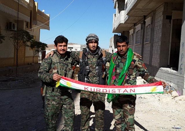 מנסים לסלול את הדרך לעצמאות, בינתיים ללא הצלחה; לוחמי פשמרגה וYPG בקובאני. צילום: Kurdishstruggle CC BY 2.0