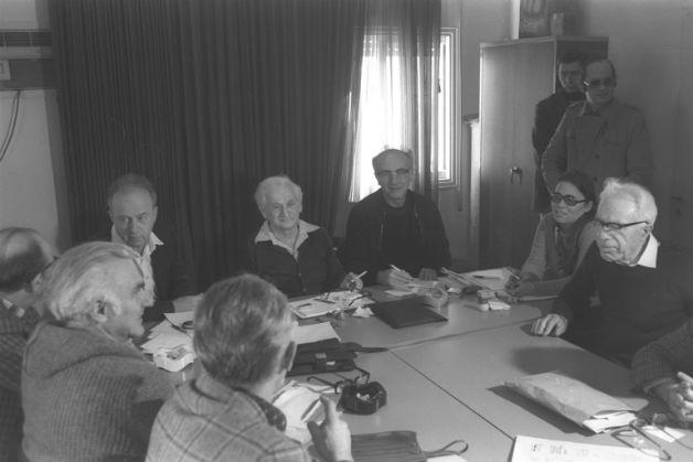 """אתגרו את השלטון; פגישת רה""""מ רבין ואנשי מפ""""ם, 1977. צילום: סער יעקב, פלאש 90"""