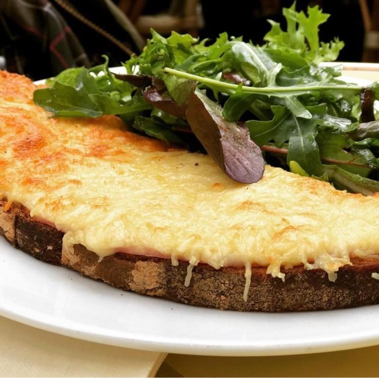 Croque monsieur skinka gruyère dijon recept varm macka smörgås Les Deux Margots bistro Paris