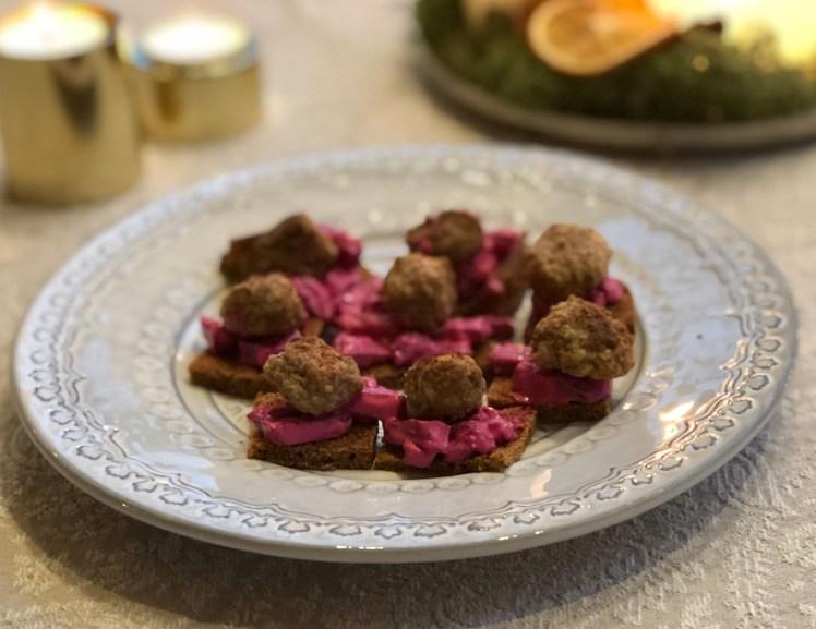 Recept adventsmingel snittar med köttbullar och rödbetssallad