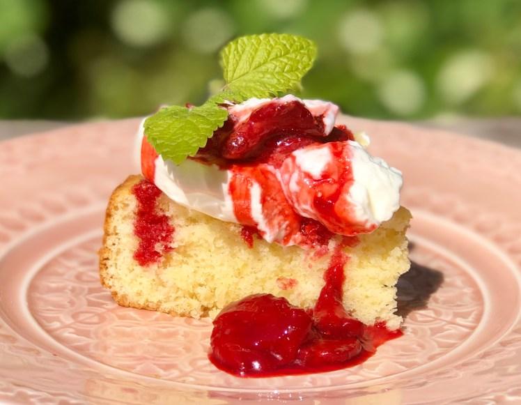 Ugnsbakade jordgubbar på sockerkaka