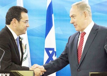 Guatemalan President Jimmy Morales(L) and Israeli Prime Minister Benjamin Netanyahu(R) shaking hands during a joint press conference after signing bilateral agreements at the Prime Minister's office in Jerusalem/AFP.