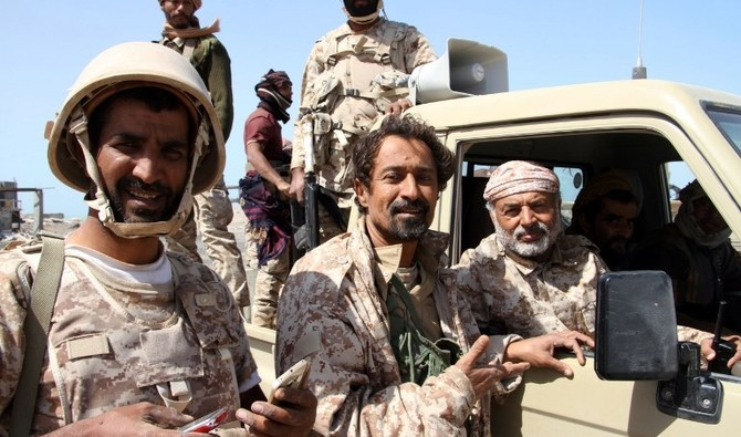 Yemeni Army deputy chief of staff Major General Ahmad Saif Al Yafii (R) speaks to soldiers from inside a vehicle at the port of the western Yemeni coastal town of Mokha as they advance in a bid to try to drive the Shiite Huthi rebels away from the Red Sea coast on February 9, 2017.      Yemeni rebels hit back at government forces advancing up the Red Sea coast killing a deputy army commander in a missile strike, a military source said on February 22. / AFP PHOTO / SALEH AL-OBEIDI