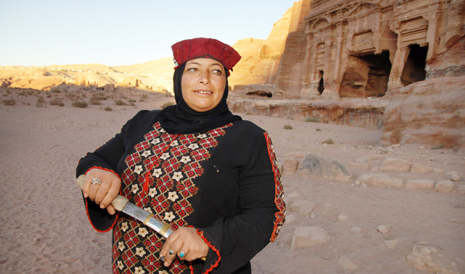A Jordanian Bedouin woman shows of her knife in front of an ancient sandstone tomb in Petra, Jordan in this file photo. Human Rights Watch says Jordan should discard its discriminatory policy toward women over the issue of nationality, as other Arab countries have done. (Shutterstock photo)