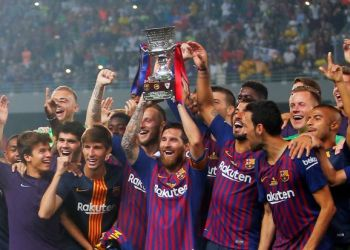 Soccer Football - Spanish Super Cup - Barcelona v Sevilla - Grand Stade de Tanger, Tangier, Morocco - August 12, 2018 Barcelona's Lionel Messi lifts the trophy as he celebrates winning the Spanish Super Cup with team mates REUTERS/Jon Nazca