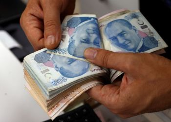 A money changer counts Turkish lira banknotes at a currency exchange office in Istanbul, Turkey August 2, 2018. REUTERS/Murad Sezer