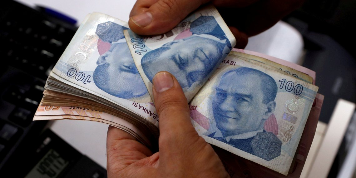 FILE PHOTO: A money changer counts Turkish lira banknotes at a currency exchange office in Istanbul, Turkey August 2, 2018. Picture taken August 2, 2018. REUTERS/Murad Sezer//File Photo