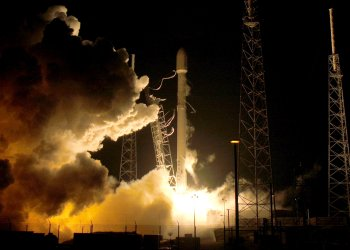 FILE PHOTO: A SpaceX Falcon 9 rocket lifts off at the Cape Canaveral Air Force Station on the launcher's first mission since a June failure in Cape Canaveral, Florida, December 21, 2015. REUTERS/Joe Skipper/File Photo