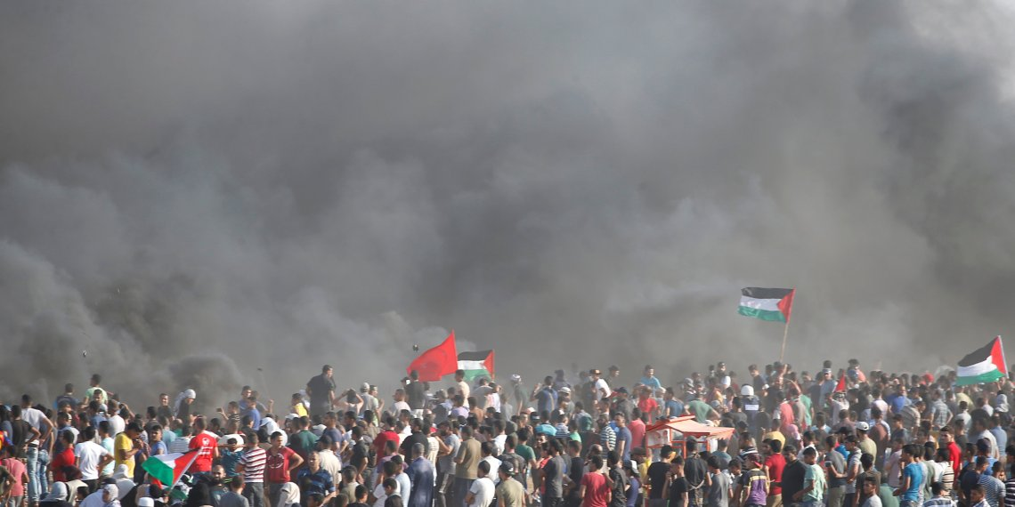 Palestinians gather at the Israel-Gaza border fence during a protest calling for lifting the Israeli blockade on Gaza and demanding the right to return to their homeland, east of Gaza City September 28, 2018. REUTERS/Mohammed Salem
