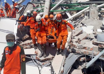 A search and rescue team evacuates a victim from the ruins of the Roa-Roa Hotel in Palu, Central Sulawesi, Indonesia September 30, 2018 in this photo taken by Antara Foto. Antara Foto/BNPB/ via REUTERS