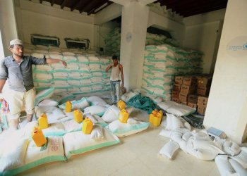Workers prepare sacks of wheat flour at a United Nations aid distribution center in Hodeidah, Yemen November 13, 2018. (Reuters)