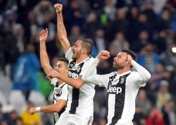Soccer Football - Serie A - Juventus v Cagliari Calcio - Allianz Stadium, Turin, Italy - November 3, 2018 Juventus' Cristiano Ronaldo, Leonardo Bonucci and Andrea Barzagli celebrate after the match REUTERS/Massimo Pinca