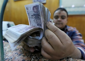 An employee counts Egyptian pounds in a foreign exchange office in central Cairo, Egypt December 27, 2016. REUTERS/Mohamed Abd El Ghany