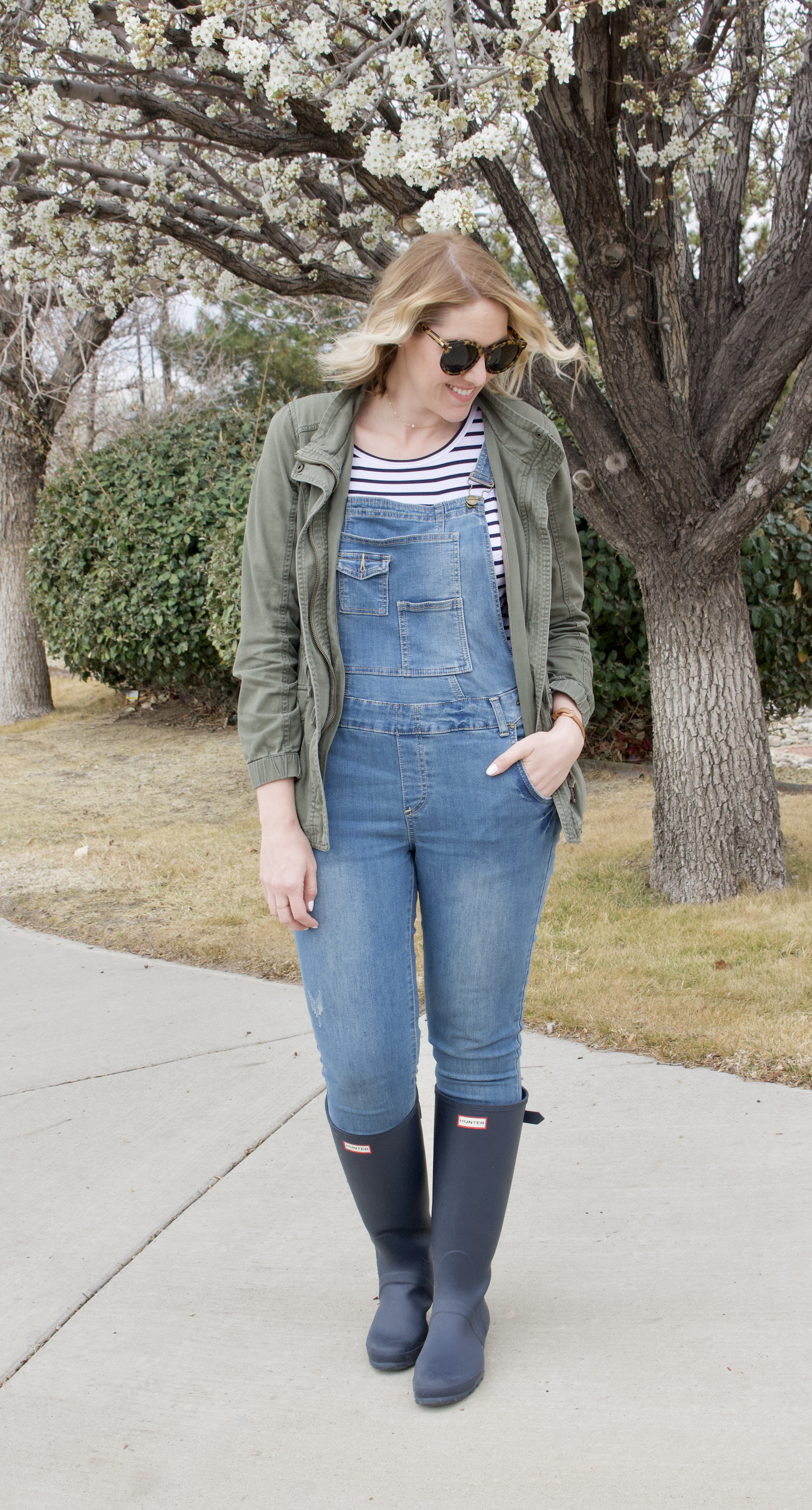 hunter boots overalls outfit #hunterboots #overalls #momstyle