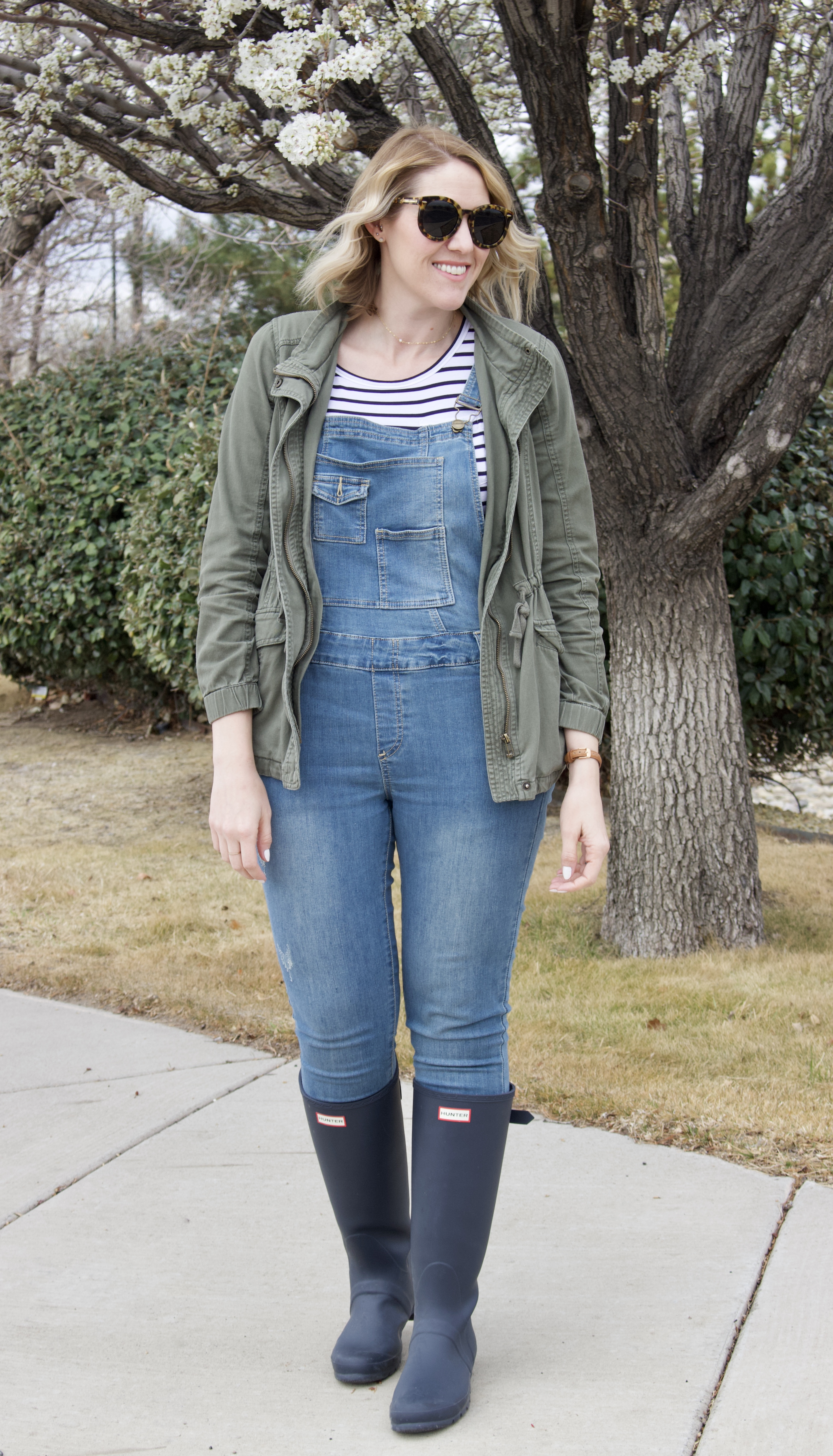 overalls hunter boots outfit #hunterboots #overalls #springoutfit