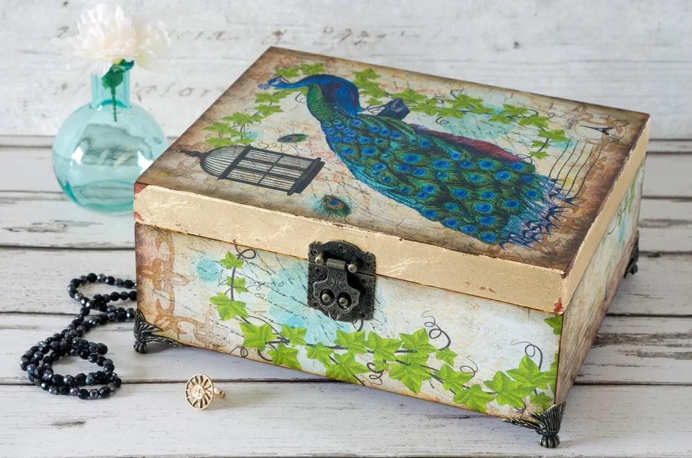 Caja decorada con servilletas decoupage.