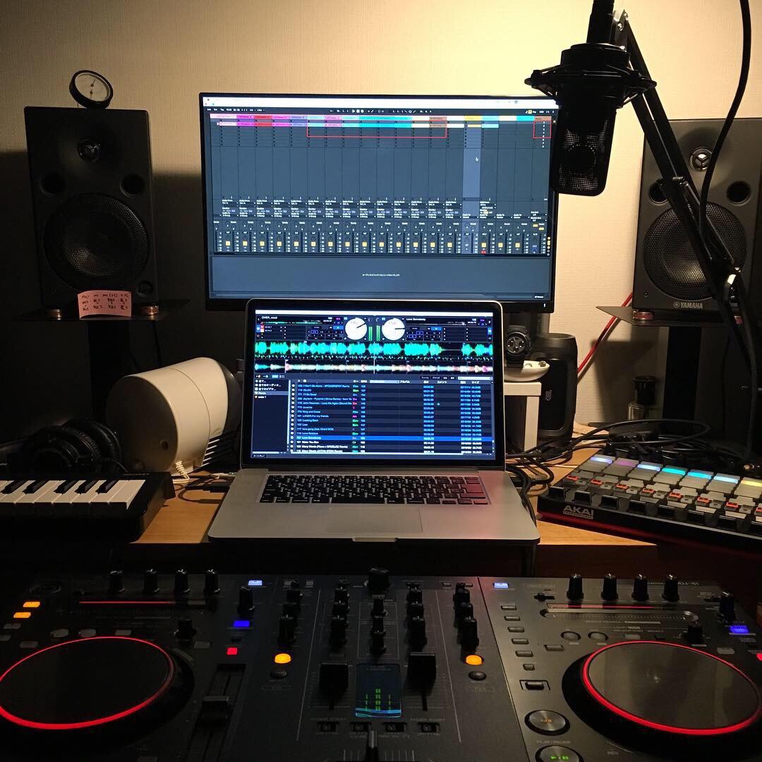 パソコンと音楽機材が置かれている机の画像