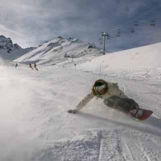 男性がスノーボードをしているところ