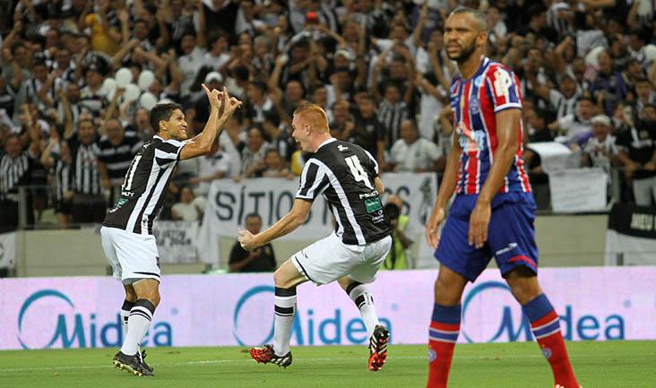 Autor do primeiro gol do jogo desta noite, o zagueiro Charles comemorou muito com os companheiros