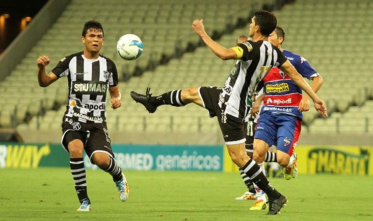 Autor do único gol do Mais Querido, o atacante Magno Alves sofreu com a marcação do rival