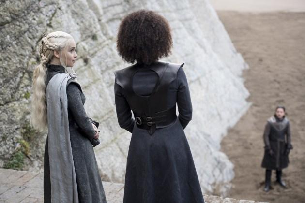 "Daenerys-Targaryen-Emilia-Clarke-e-Missandei-Nathalie-Emmanuel-Credito-Macall-B.-Polay_HBO HBO DIVULGA FOTOS INÉDITAS DO QUARTO EPISÓDIO DE  ""GAME OF THRONES"""