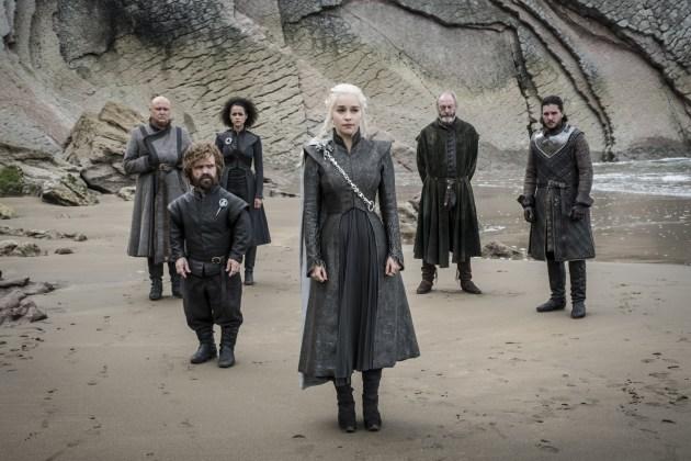 "Varys-Conleth-Hill-Tyrion-Peter-Dinklage-Missandei-Nathalie-Emmanuel-Daenerys-Emilia-Clarke-Davos-Liam-Cunningham-Jon-Snow-Kit-Harington-Credito-Macall-B.-Polay_HBO HBO DIVULGA FOTOS INÉDITAS DO QUARTO EPISÓDIO DE  ""GAME OF THRONES"""