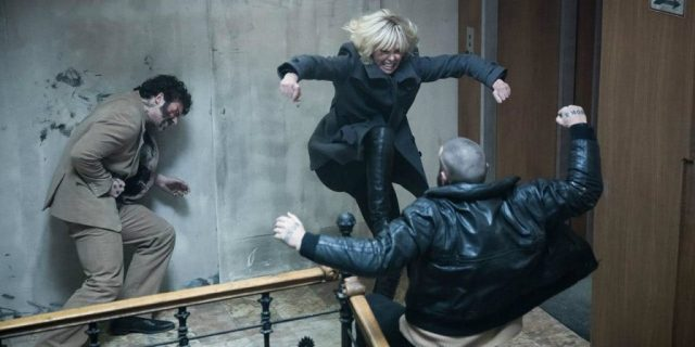 Atomic-Blonde-Charlize-Theron-Stairwell-Fight-1024x512 Crítica 2   Atômica