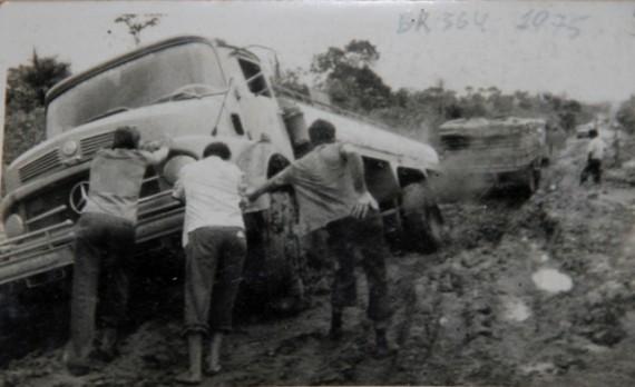 Caminhoneiros enfrentavam atoleiros na BR-364. Foto: newsrondonia.com.br/Acervo de Martino Tesch