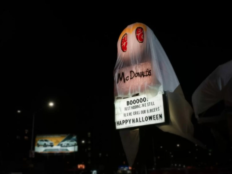 burger king vestido mcdonalds acao halloween 2 - Loja da BurgerKing se fantasia de McDonald's no Haloween