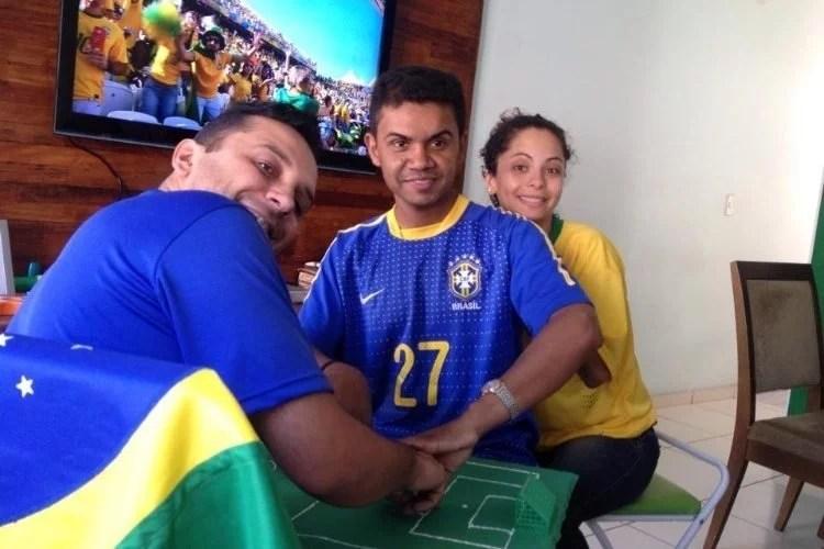 """Fotos, Curiosidades, Comunicação, Jornalismo, Marketing, Propaganda, Mídia Interessante carlos-de-26-anos-e-ajudado-por-helio-e-regiane-a-voltar-a-experimentar-uma-copa-surdocego-ele-conseguiu-enxergar-a-estreia-do-brasil-na-copa-por-meio-do-tato-1403092680676_750x500 Surdocego Brasileiro """"Assistindo"""" a Copa do Mundo 2014 Cotidiano  Surdocego"""