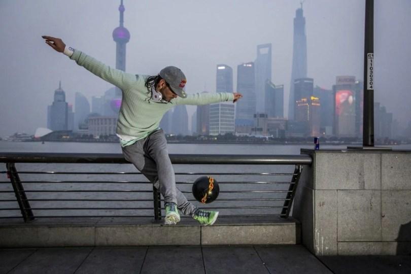 freestyle soccer player sean garnier in shanghai - Melhores momentos do desafio de Futsal Skills entre Falcão e Séan