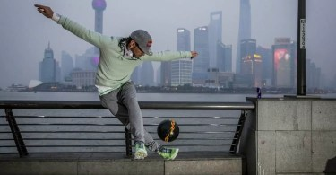 freestyle soccer player sean garnier in shanghai - Incrível! Artista mostra como recria carne humana para filmes e eventos