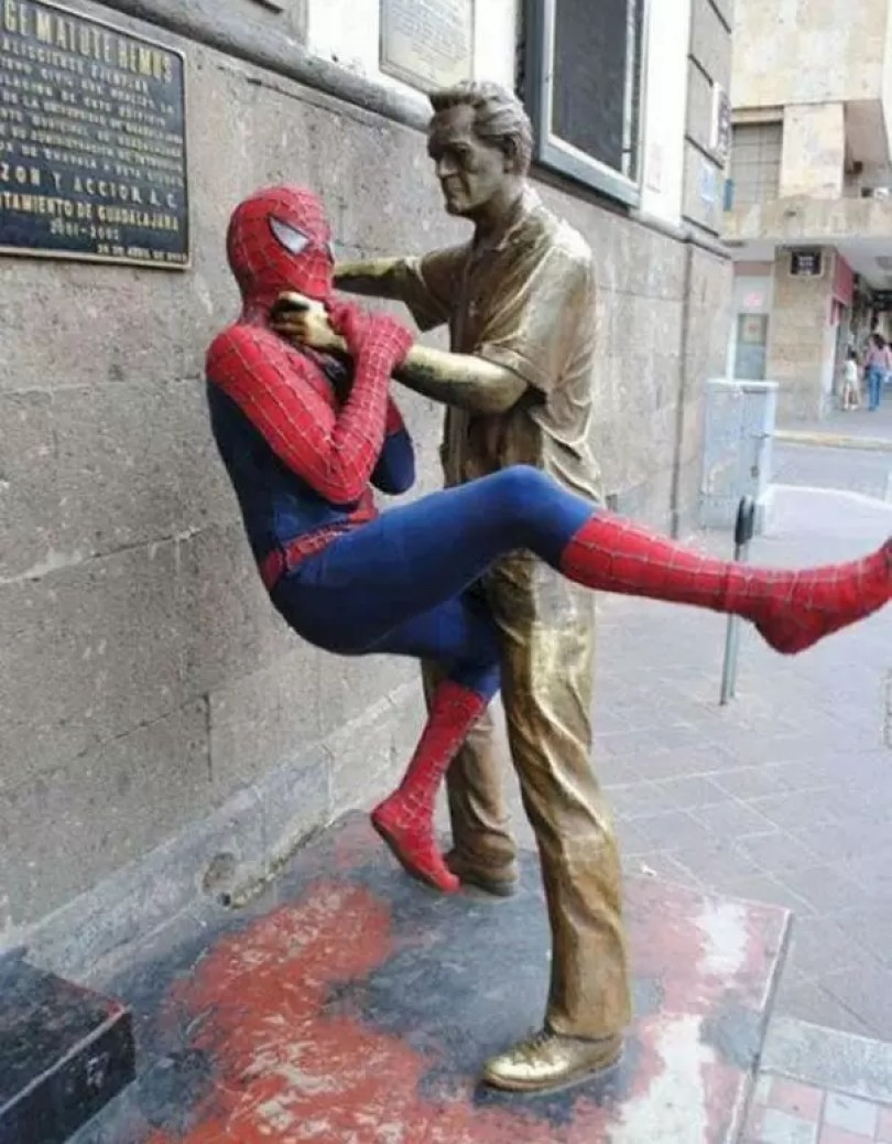 people playing with statues funny posing 3 593125e80952a  605 - Melhores interações de seres humanos com esculturas