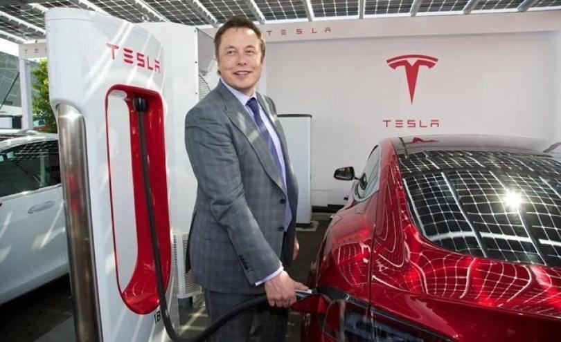Elon Musk UK Supercharger RHD Tesla 668 668x409 - Tesla apresentou o carro popular que vai revolucionar o mundo