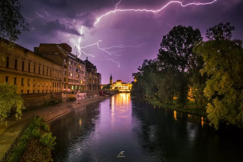 foto romenia3 - Fotógrafo romeno sai durante tempestades para tirar fotos de raios