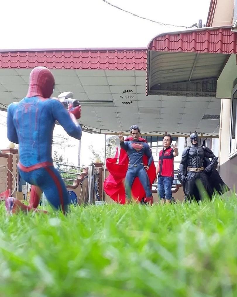 jogo de camera 7 - Homem tira fotos com super-heróis - Genial e engraçado!