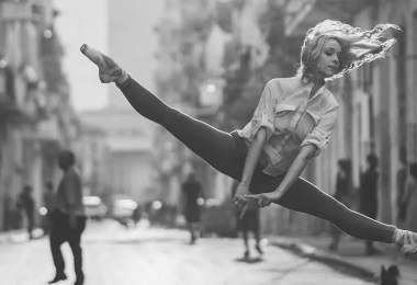 bailarina de rua - Dançarinos de balé praticam seus movimentos nas ruas para foto