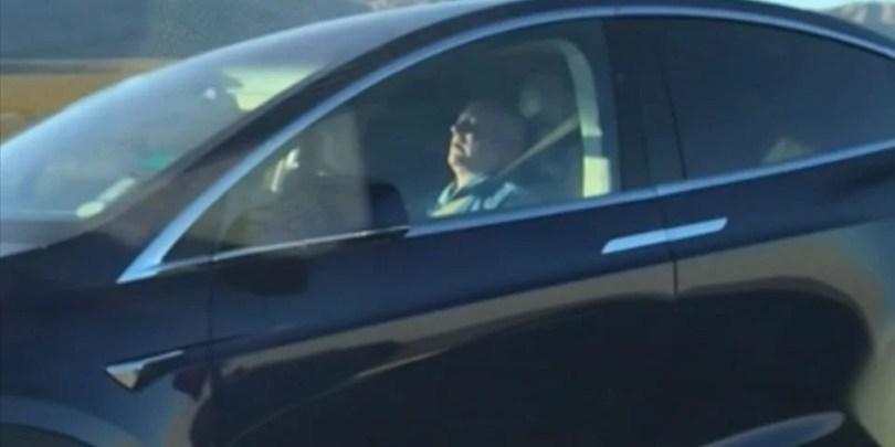 tesla sleeper dormindo carro - Já é comum ver motoristas Tesla dormindo ao volante no piloto automático