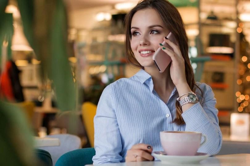 Existe alergia a celular wi fi e ondas magnéticas6 mulher linda ao telefone - Existe alergia a celular, wi-fi e ondas magnéticas?