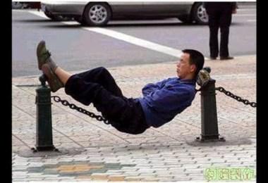 Lugar estranho 8 - Pessoas dormindo em posições extremamente desconfortáveis