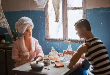 Fotógrafo capturou a vida de Barbie e Ken em sua casa eslava - Fotógrafo capturou como seria se Barbie e Ken vivessem na Rússia Soviética